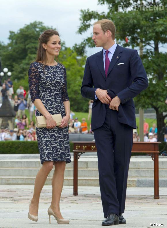 Souvent Kate Middleton en robe en dentelle bleu marine. BQ51