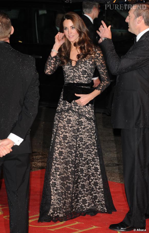 Rarement en noir, la Duchesse porte une robe en dentelle signée Alice  Temperley. bfd835f908ae
