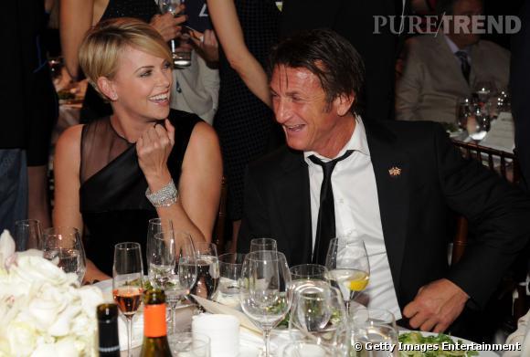 Charlize Theron et Sean Penn, hilares au gala de charité le week-end dernier.