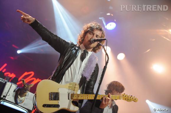 Julien Doré et sa guitare, une histoire d'amour qui nous fait frissoner.