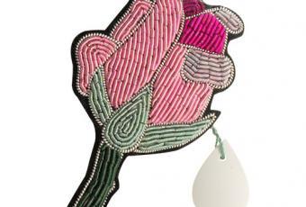 La broche à parfumer : une délicate création signée Diptyque