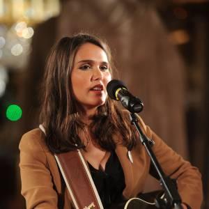 """Joyce Jonathan sur scène, lors du gala de charité """"Pièces Jaunes"""" au Château de Compiègne le 24 janvier 2014."""