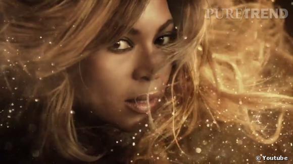 """Beyoncé se couvre de paillettes dorées pour son 3ème parfum """"Rise""""."""