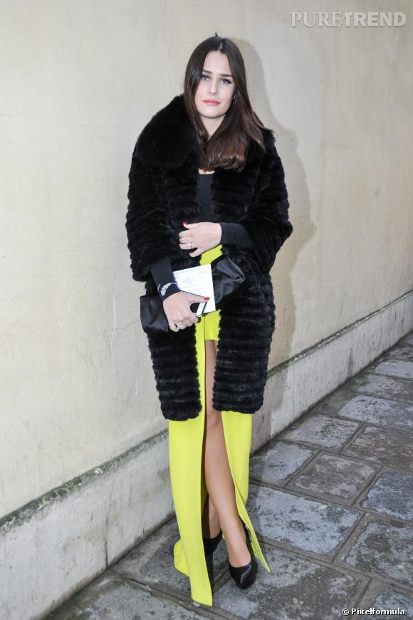 Le soir, on ose la longue jupe avec un manteau 3/4. Chic et féminin.