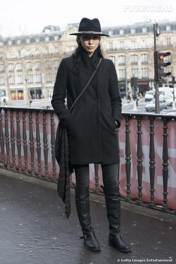 Du cuir et des chaînes pour relever un total look noir.