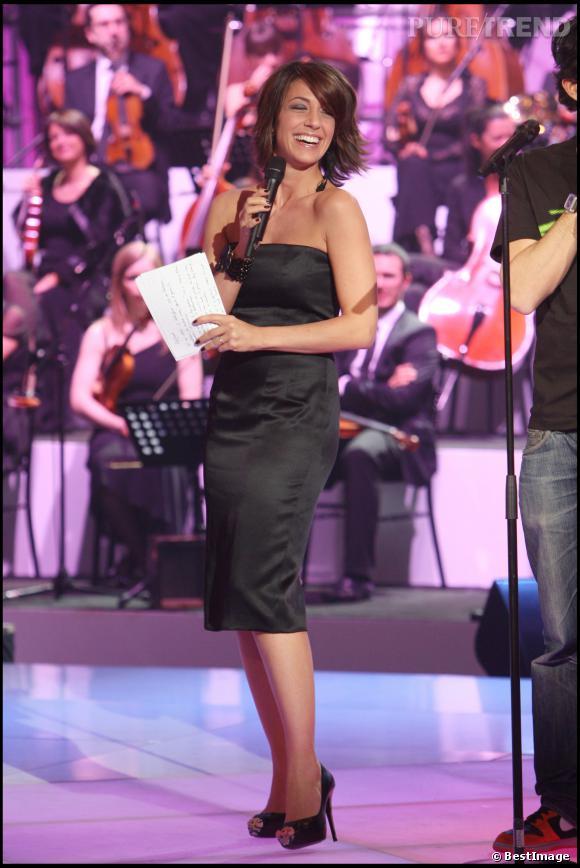 """Virginie Guilhaume, pétillante et sexy en robe bustier et moulante pour l'émission """"Honneur aux femmes"""" en 2008."""