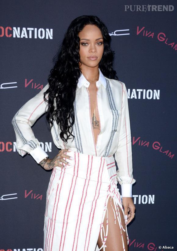 Lèvres nude et un simple touche de mascara pour sublimer le regard, Rihanna prône désormais le naturel côté make up.