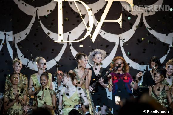La wrap dress ou robe portefeuille fête ses 40 ans lors du final du défilé Diane Von Furstenberg Automne-Hiver 2014/2015.