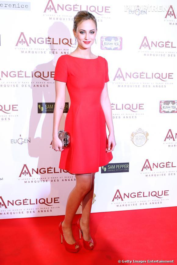 Vernis avec une robe rouge