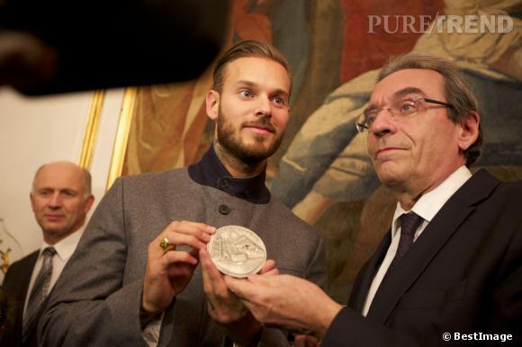 M. Pokora a reçu mercredi 13 février la médaille de la ville de Strasbourg, des mains du maire Roland Ries lui-même.