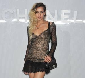 Alice Dellal mise sur la sensualité et l'audace avec une robe flirtant avec la transparence.