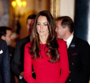 Kate Middleton recycle encore une fois et s'affiche dans une robe rouge Alexander McQueen.