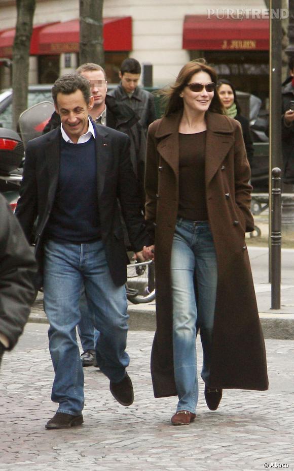 Carla Bruni et Nicolas Sarkozy, couple souriant dans les rues de Paris en 2008.