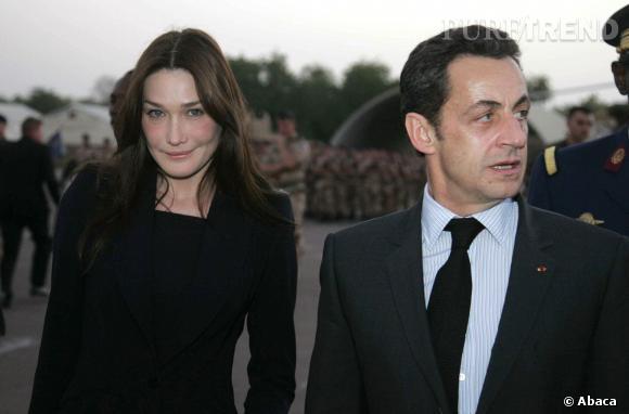 Carla Bruni, une Première dame exemplaire auprès de son mari Nicolas Sarkozy en visite au Chad, en 2008.