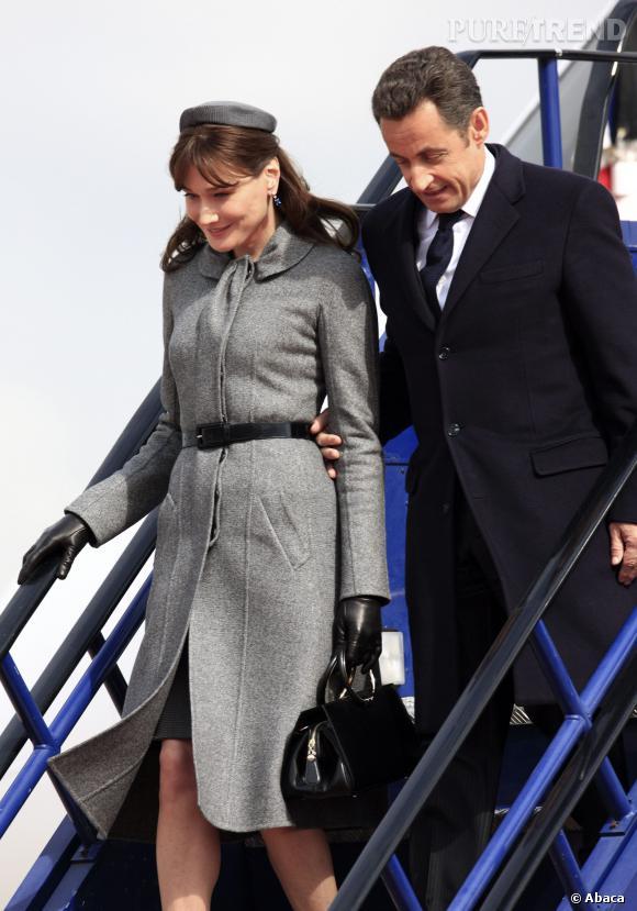 Carla Bruni, un look à la Jacky Kennedy ultra-chic auprès de son mari Nicolas Sarkozy pour leur arrivée en Angleterre en 2008.