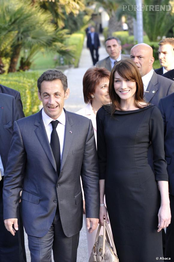 Carla Bruni, la petite robe noire parfaite pour sa visite en Tunisie avec son mari Nicolas Sarkozy en 2008.