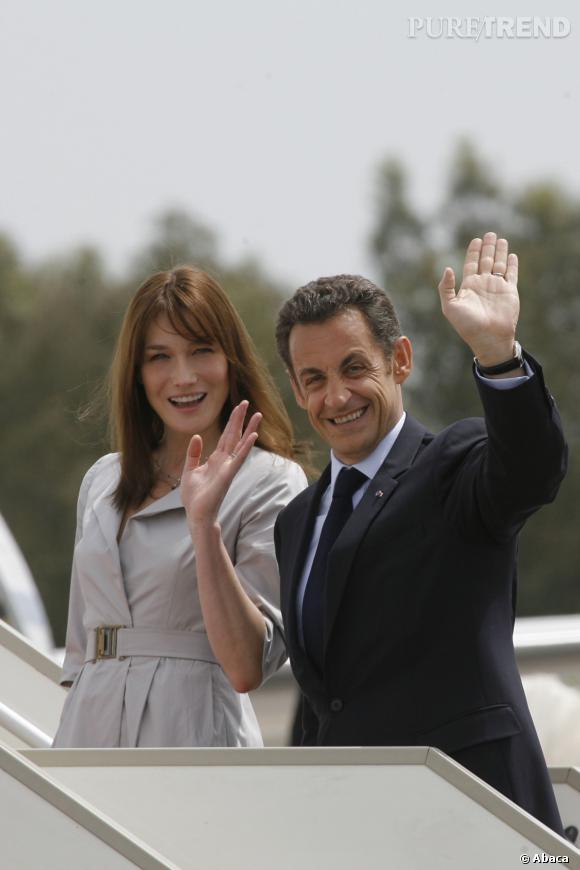 Carla Bruni et Nicolas Sarkozy, toujours chic pour leur retour de Tunisie en 2008.
