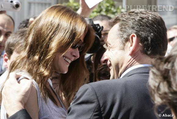 Carla Bruni et Nicolas Sarkozy, complicité et gestes d'affection pour le couple.