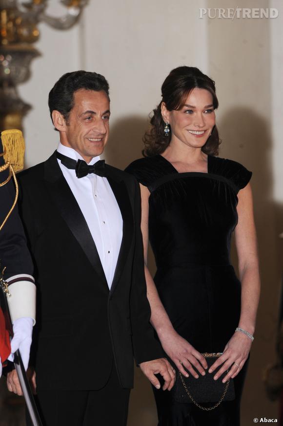 Carla Bruni et Nicolas Sarkozy, couple souriant et classe en 2009.