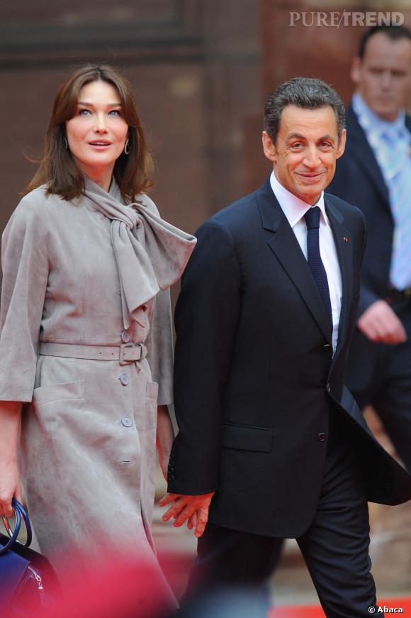 Carla Bruni ultra-chic et main dans la main avec son mari Nicolas Sarkozy, en 2009.