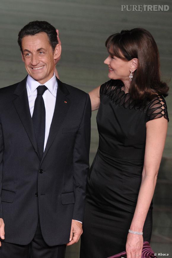 Carla Bruni toujours au petit soin pour son mari Nicolas Sarkozy, en 2009.