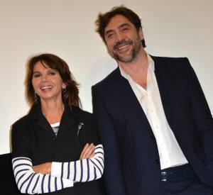 """Victoria Abril et Javier Bardem lors de la projection du film documentaire """"Enfants des nuages, la dernière colonie"""" à Paris le 18 février 2014."""