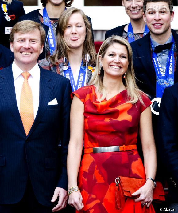 Reine Maxima éblouissante et pop pour poser avec les médaillés des JO de Sotchi, le 25 février 2014.