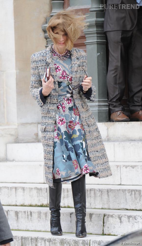 Anna Wintour s'est faite surprendre par le vent à la sortie du défilé Stella McCartney, lors de la Fashion Week Paris.