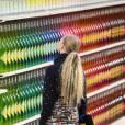 La cousine de Charlotte Casiraghi a pu admirer les silhouettes Chanel présentées cette saison dans un supermarché.