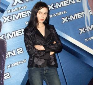 """Anna Paquin revient au brun en 2003. Pour la promotion de """"X-Men 2"""" côté look elle ne fait pas vraiment d'effort."""