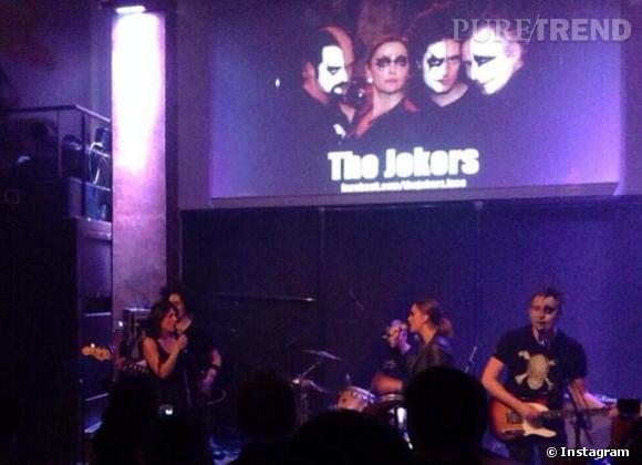 Sandrine Quétier, une rockeuse est née avec son groupe The Jokers ! Elle laisse même Estelle Denis goûter aux plaisirs de la scène, le 13 mars 2014 à Lyon.