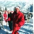 Patrick Poivre d'Arvor délaisse sa combi de ski violette pour une rouge sur les pistes de Courchevel en 1995. On préfère. Par contre, la bandeau dans les cheveux, ça ne passe toujours pas...