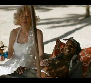 Marilyn tartine de la crème sur le torse du rappeur Tupac.