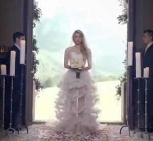 """Shakira se glisse dans la peau d'une mariée pour son clip """"Empire"""", single issu de son album """"Shakira""""."""