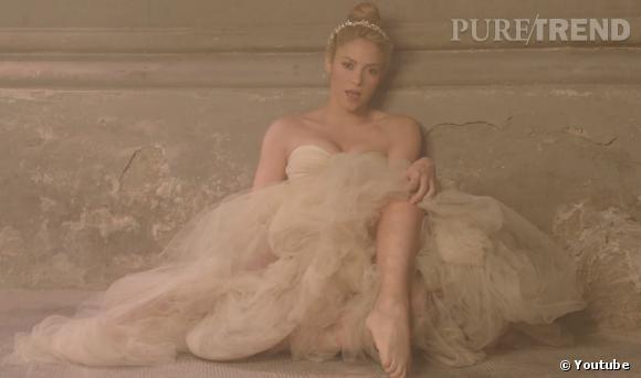 """Shakira joue les mariées sexy mais sauvages pour son clip """"Empire""""très esthétique."""