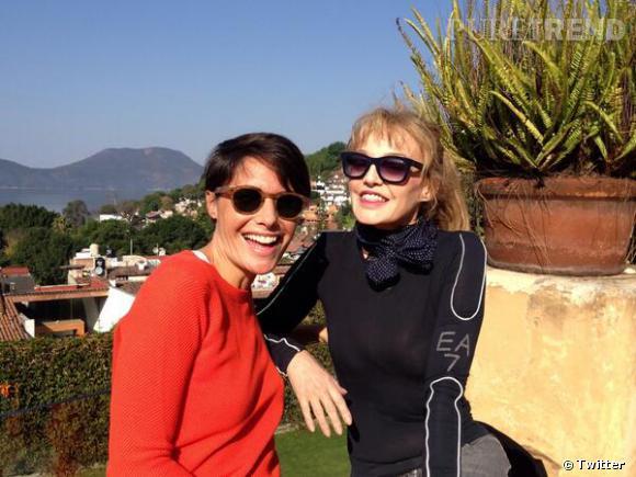 Alessandra Sublet et Arielle Dombasle, rayonnantes au soleil.