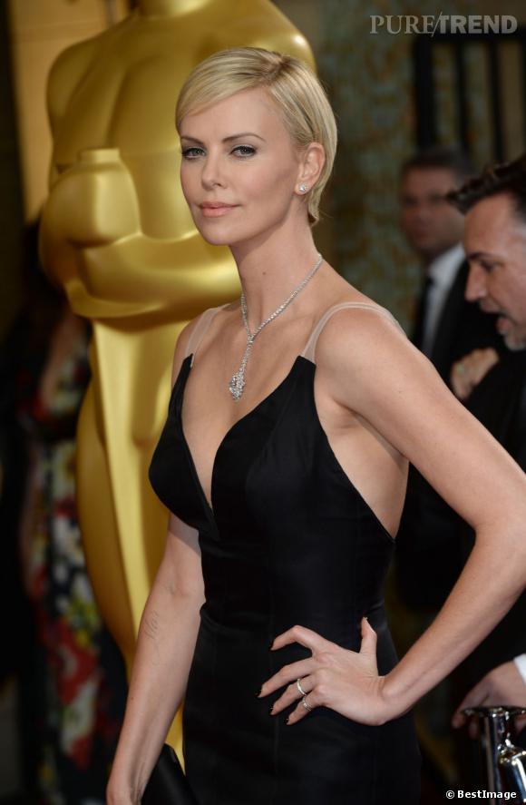 Charlize Theron est une vraie brune. Mais nous on l'adore en blonde, rien à dire l'actrice est une bombe.