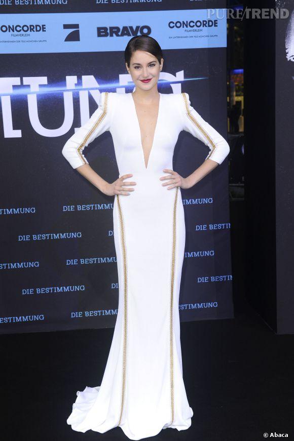 Shailene Woodley affine sa silhoutte déjà longiligne avec une robe longue cintrée.