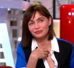Emmanuelle Béart, très émue de voir une vieille séquence vidéo.