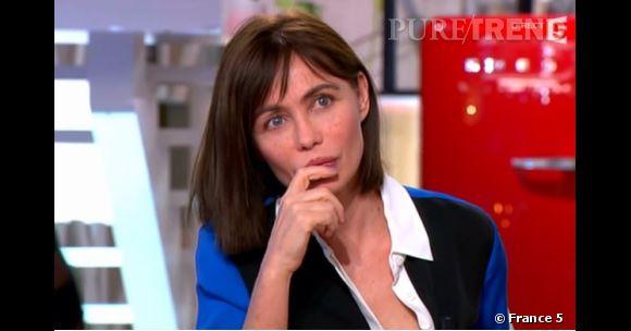 Emmanuelle Béart semble fâchée de découvrir qu'on va diffuser des images choc de 1985, d'où le malaise sur le plateau de C à vous.