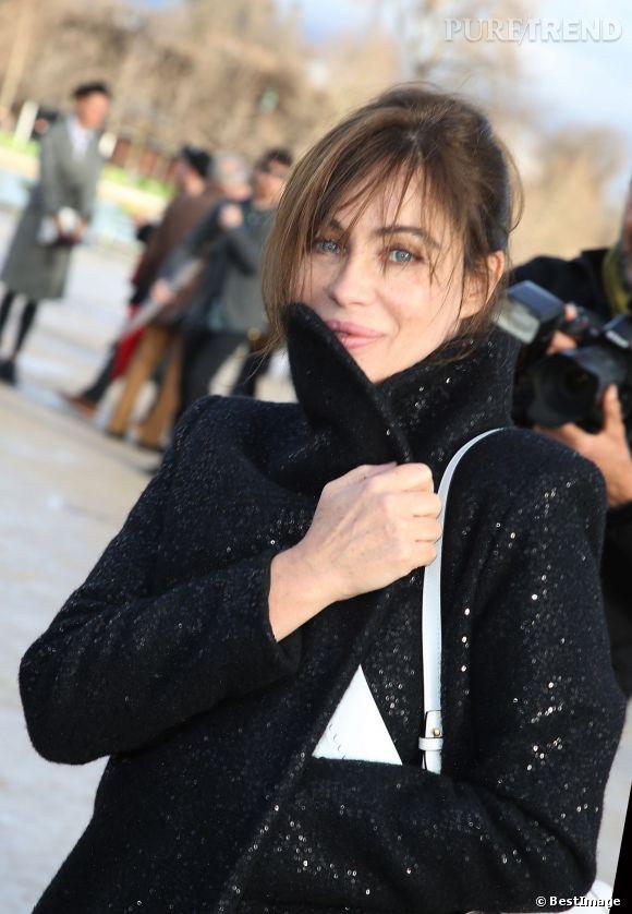 Emmanuelle Béart à maintenant 50 ans, elle assume le temps qui passe et apparaît toujours aussi mode dans les pages du dernier numéro de Grazia.