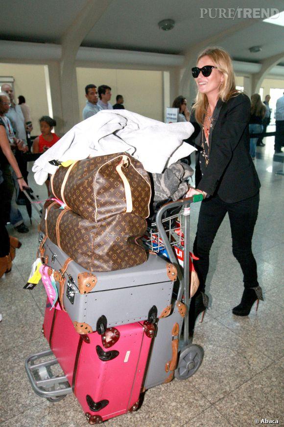 Voyager chargée, Kate assume! Ici le 4 avril 2014 à l'aéroport de Sao Paulo avec sa fille Lila Grace.