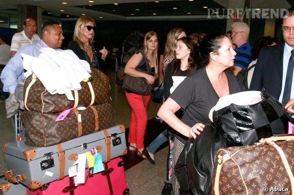 Avec toutes ses valises, heureusement que Kate a quelques personnes pour lui filer un coup de main!