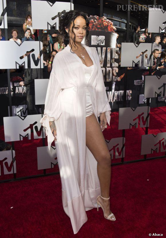 Rihanna en kimono et body satiné Ulyana Sergeenko Couture aux MTV Movie Awards le 13 avril 2014 à Los Angeles.
