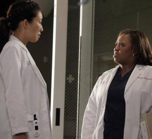 "Chandra Wilson et Sandra Oh dans la série ""Grey's Anatomy""."