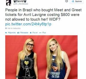 """Les fans s'offusquent sur la toile à propos des photos ratées du """"meet and greet"""" avec Avril Lavigne au Brésil qu'ils ont payés 250 euros."""