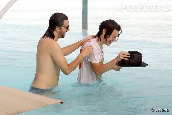 Harry Styles n'oublie pas de sauver son chapeau de la noyade !