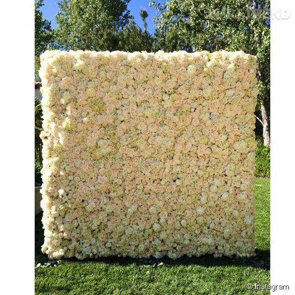 Kanye West a offert ce mur de roses, hortensias et pivoines à sa fiancée Kim Kardashian.