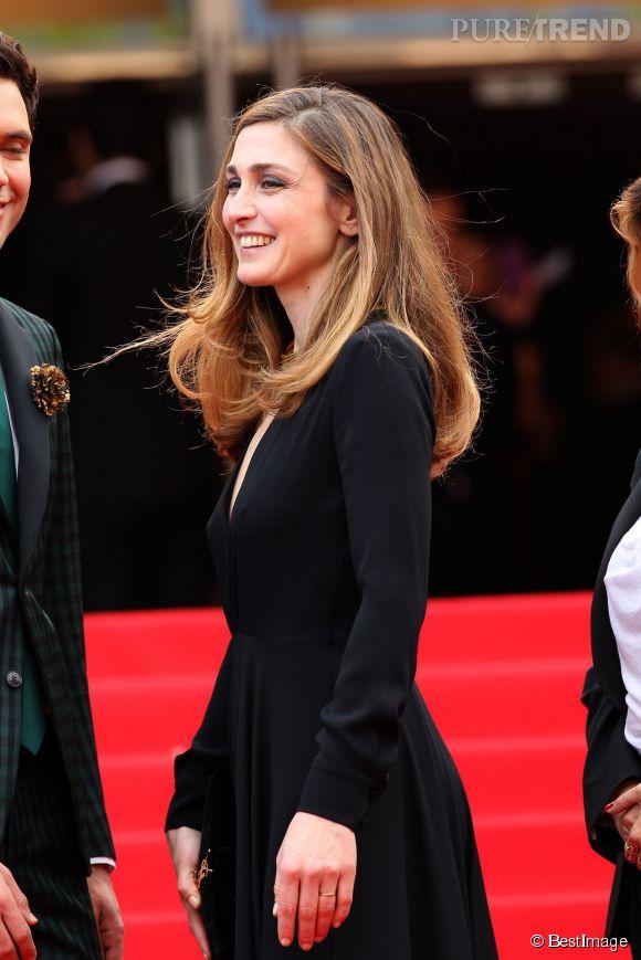 Julie Gayet, tout sourire samedi 17 mai 2014 pour la montée des marches du festival de Cannes.