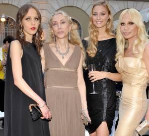 Beatrice Borromeo assiste à la soirée Versace à Milan pendant la Fashion Week en 2008. Elle pose aux côté d'Allegra Versace, de Franca Sozzani et de Donatella Versace.